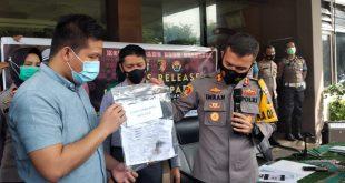 Kapolresta Padang AKBP Imran Amir memberikan keterangan kepada wartawan terkait penangkapan dua pelaku hipnotis yang mengaku sebagai petugas Satgas Covid-19
