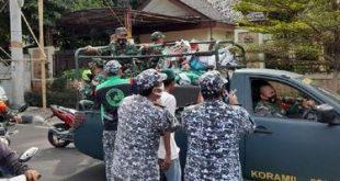 Anggota FPI mencoba menarik kembali Baliho yang dicopit dan diangkut ke dalam kendaraan aparat TNI