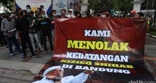 Massa Front Pembela Bangsa membentangkan spanduk berisi penolakan kedatangan Habib Rizieq Syihab di Kota Bandung