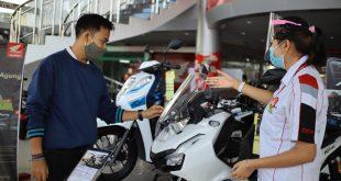 Sales Marekting PT Menara Agung menjelaskan fitur-fitur yang disematkan di New Honda ADV150 kepada konsumen.