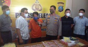 Tersangka pengedar uang palsu bersama barang bukti yang diamankan petugas kepolisian