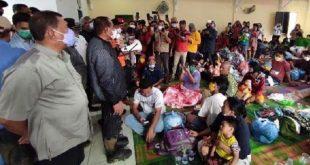 Gubernur Sumut Edy Rahmayadi saat menemui pengungsi banjir di Tanjung Selamat. (ist)