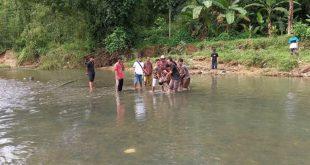 Warga bersama Polisi mengevakuasi jasad Rohim Efendi (28) yang ditemukan di aliran Sungai Batang Guo, Kelurahan Sungai Sapih, Kecamatan Kuranji, Senin (30/11).