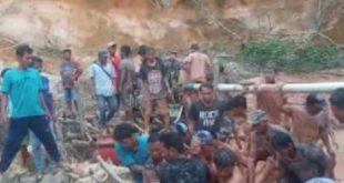 Usai ditemukan, warga mengevakuai jasad penambang emas liar yang tewas tertimbun di Desa Tambak Sari, Kecamatan Tebo Ilir, Kabupaten Tebo, Jambi.