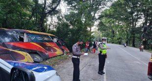 Personel Unit Laka Lantas Polresta Padang melakukan olah TKP kecelakaan tunggal bus Family Raya di Taman Hutan Raya Bung Hatta.