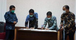 Gubernur Sumbar, Irwan Prayitno dan Executive General Manager Pertamina MOR I, Herra Indra W melakukan penandatangananan kesepakatan bersama dan perjanjian kerja sama tentang rekonsiliasi data PBBKB antara Pertamina dengan Badan Keuangan Daerah Provinsi Sumbar.