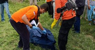 Petugas SAR saat mengevakuasi mayat tanpa identitas yang di temukan di Sungai Belawan, Hamparan Perak, Deliserdang, Sabtu (12/12). (ist)