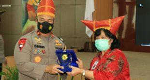 Komisioner Kompolnas, Poengky Indarti menyerahkan cendera mata kepada Wakapolda Sumbar Brigjen Edi Mardianto saat berkunjung ke Polda Sumbar, Kamis (17/12).