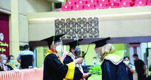 Rektor UNP Prof Ganefri memindahkan tali toga salah satu lulusan yang diwisuda.
