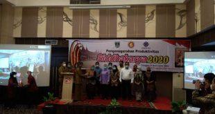 Perwakilan enam perusahan penerima Anugerah Siddharkarya tahun 2020 bersama dengan Gubernur Sumbar yang diwakili Staf Ahli Gubernur Bidang Ekonomi Delliyarti dan Kepala Disnakertrans Sumbar, Nazrizal di Padang.