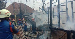 Petugas Damkar memadamkan api yang menbakar rumah di Gang Murai, RT 03 RW 05, Kelurahan Gurun Laweh Nan XX, Kecamatan Lubuk Begalung, Kota Padang.