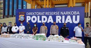 Pemusnahan barang bukti narkotika di halaman Upacara Markas Komando Polda Riau.