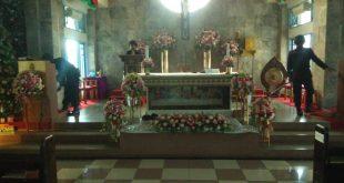 Tim Jibom Brimob Polda Sumbar melakukan penyisiran dan sterilisasi gereja yang akan digunakan umat Nasrani untuk melaksanakan ibadah perayaan malam Natal.