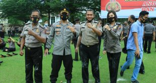Kabid Humas Polda Sumbar Kombes Pol Satake Bayu bersama personel yang mendapatkan kenaikan pangkat.