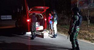 Satgas Pamtas memeriksa kendaraan yang melintasi perbatasan
