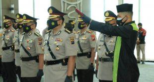 Lima Pejabat Utama Polda Sumbar yang melakukan serah terima jabatan mengucapkan sumpah.