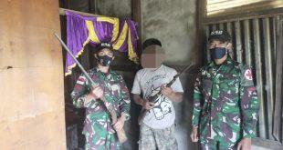 Warga menyerahkan dua pucuk senjata ke Petugas Pamtas