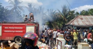 Petugas Damkar dibantu masyarakat berupaya memadamkan api yang membakar empat rumah di Kampung Talang Kayu Jao, Nagari Sungai Sirah, Kecamatan Silaut