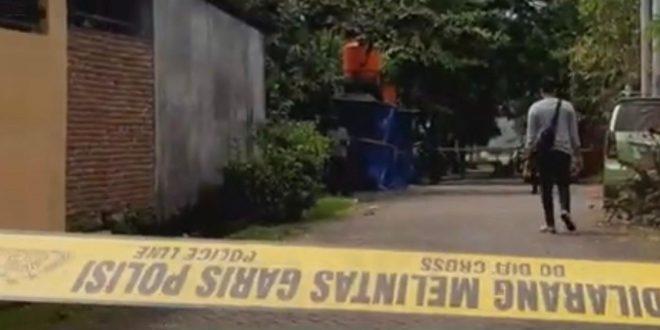 "Densus 88 Tembak Mati 2 Terduga Teroris di Makassar Suara Indo, Makassar Dua orang terduga teroris ditembak mati oleh Tim Detasemen Khusus (Densus) 88 Antiteror Polri saat ditangkap di perumahan Villa Mutiara Biru, Jalan Boulevard, Kecamatan Biringkanaya, Makassar, Sulawesi Selatan, Rabu (6/1). Kadiv Humas Polri Irjen Argo Yuwono mengatakan, Tim Densus 88 mengambil tindakan tegas terhadap kedua terduga teroris yakni Moh Rizaldy S dan Sanjai Ajis, karena melakukan perlawanan ketika ditangkap. ""Keduanya melawan saat akan ditangkap. Masing-masing menggunakan senjata tajam jenis parang dan senapan angin jenis PCP,"" kata Argo dalam keterangannya, Rabu (6/1). Irjen Pol Argo menuturkan, Rizaldy S dan Sanjai Ajis merupakan pendukung ideologi khilafah. Kedua terduga teroris tersebut merupakan jaringan kelompok Jamaah Ansharut Daulah (JAD) ""Pada 2015 lalu, mereka bersama ratusan jemaah menyatakan baiat kepada kelompok teroris ISIS di Pondok Pesantren Aridho pimpinan Basri,"" ungkap Irjen Argo. Dijelaskan Irjen Pol Argo, Basri juga terlibat dalam kasus terorisme dan telah meninggal dunia saat ditahan di Lembaga Pemasyarakatan (Lapas) Nusa Kambangan. ""Pada 2016, bersama keluarga hijrah atau bermaksud bergabung dengan ISIS di Suriah, namun dapat dibatalkan di Bandara Soekarno Hatta,"" jelas Irjen Pol Argo. Irjen Pol Argo menuturkan, kedua terduga teroris itu juga diduga mengadakan kajian khusus pendukung daulah di Villa Mutiara dan Yayasan Aridho. Mereka tercatat pernah terlibat dalam pengiriman dana kepada pelaku bom bunuh diri di Gereja Katedral ZOLO Philipina. ""Selain itu, mereka mengikuti pelatihan menembak dan naik gunung pada 2020, menjadi fasilitator pelarian Andi Baso, pelaku teror bom Gereja Oukumene Samarinda pada 2017,"" pungkas Irjen Pol Argo. (br)"