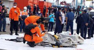 Tim SAR gabungan menemukan barang-barang yang merupakan bagian dari pesawat Sriwijaya Air yang jatuh di perairan Kepulauan Seribu.