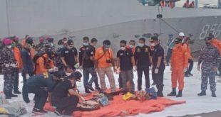 KRI Kurau 586 menemukan beberapa benda yang diduga serpihan dari pesawat Sriwijaya Air yang jatuh di perairan Kepulauan Seribu.