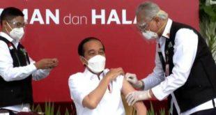 Presiden Joko Widodo usai disuntik vaksin corona Sinovac saat vaksiasi di Istana Negara, Jakarta, Rabu (13/1).