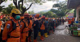 Ratusan Personel dari berbagai instansi dikerahkan dalam pencarian korban longsor di Chihanjuang. ist