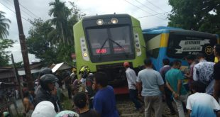 Kondisi Bus Transpadang remuk usai tertabrak KA Minangkabau Express di perlintasan simpang Anak Air, Lubuk Buaya, Kecamatan Koto Tangah.