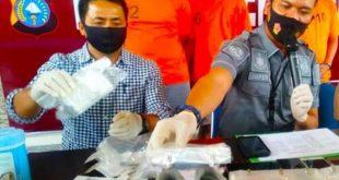 Petugas keamanan Bandara Sultan Syarif Kasim (SSK) IIPekanbaru, berhasil menggagalkan peyelundupan 2 kg narkotika jenis Sabu, Rabu (13/1/2021).