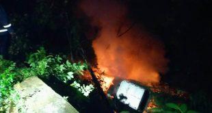 Dump truk BA 9148 OU terjun dari Fly Over Kelok Sembilan ke dalam jurang gara-gara sopir mengantuk hingga terbakar.