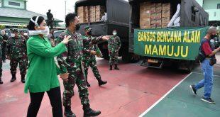 Kasad Jenderal TNI Andika Perkasa saat memantau kesiapan Bantuan yang akan dikirim kelokasi bencana (foto: Dispenad)