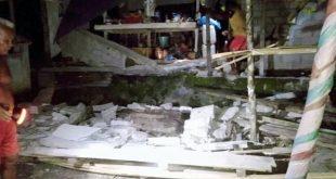 Warga di antara puing rumah yang ambruk akibat terjadi gempa M7,0 di Kabupaten Talaud, Sulawesi Utara. (ist)