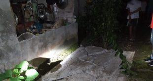 Tembok belakang salah satu rumah warga yang roboh akibat gempa di Kepulauan Talaud