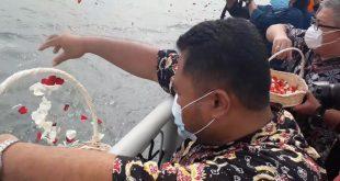Salah seorang keluarga korban kecelakaa Sriwijaya Air SJ-182 menaburkan bunga ke perairan Kepulauan Seribu