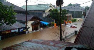 Rumah warga terendam dan beberapa titik longsor akibat banjir di Kota Manado, Jumat (22/1), sekitar pukul 12.00 waktu setempat atau 11.00 WIB.