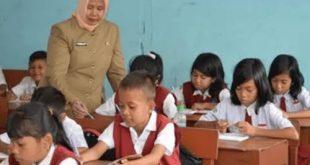 Seorang guru sedang mengajar (Ilustrasi)