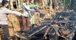 Polisi melakukan olah TKP kebakaran yang menewaskan nenek berusia 102 tahun di Kabupaten Tasikmalaya