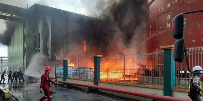 Terlihat petugas Damkar berupaya memadamkan api dengan menyemprotkan air ke tumpukan batubara yang terbakar