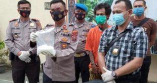 Kapolsek Medan Timur, Kompol Arifin memperihatkan barang bukti sabu yang disita dari penangkapan kurir narkoba Zul Indra (38)