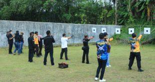 Pejabat Polda Sumbar bersama wartawan melaksanakan latihan menembak di SPN Padang Besi