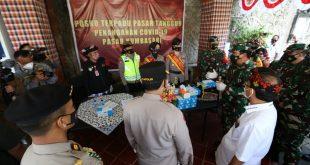 Panglima TNI didampingi Kapolri saat meninjau pelaksanaan PPKM di Bali