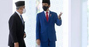 Presiden RI Jokowi dan PM Malaysia Muhyiddin Yassin berbincang santai sebelum melaksanakan ibadah salat Jumat di Masjid Baiturrahim, Kompleks Istana Kepresidenan, Jakarta