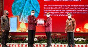 Menteri Hukum dan HAM Yasonna Laoly menyerahkan sertifikat atas 24 kekayaan intelektual Pulau Dewata kepada Gubernur Bali Wayan Koster