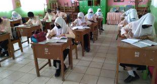 Proses belajar di sekolah menggunakan seragam busana muslim.