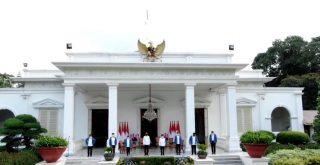 Presiden Joko Widodo dan Wakil Presiden Ma'ruf Amin bersama enam menteri baru Kabinet Indonesia Maju